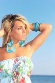 Atraktivní dívka na pláži — Stock fotografie
