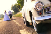 Wedding couple and car — Stock Photo
