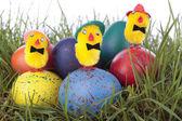 Ostern-küken und eier auf gras — Stockfoto