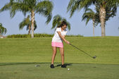 Teenage girl golfing — Stock Photo