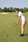 Teenage girl golfing — Stock Photo