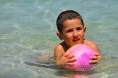 海にボールを持つ少年 — ストック写真