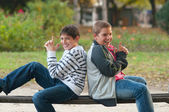 Dois adolescentes se divertindo no parque — Foto Stock