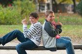 Två tonårspojkar har kul i parken — Stockfoto