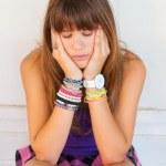 ganska sorgligt tonårig flicka sitter framför hennes rum — Stockfoto
