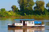 Kleine boot op de rivier op zonnige dag zeilen — Stockfoto
