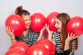 Muito adolescentes brincando com balões vermelhos — Foto Stock