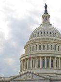 美国国会大厦大厦在华盛顿与美国国旗 — 图库照片