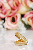 Gold wedding bands — Stock Photo