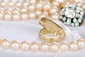 Gold wedding bands with pearls — Stock Photo
