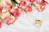 Wedding bands with bunch of roses — Stockfoto