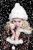 Sexig kvinna med snö — Stockfoto