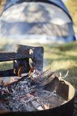 У костра, сжигая — Стоковое фото