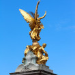 Statue of Victory on pinnacle of Queen Victoria Memorial, London — Stock Photo