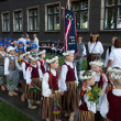 Parade by festival participants of Latvian Youth Song and Dance — Stock Photo