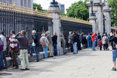 Tourists at the Buckingham Palace, London, UK — Stock Photo