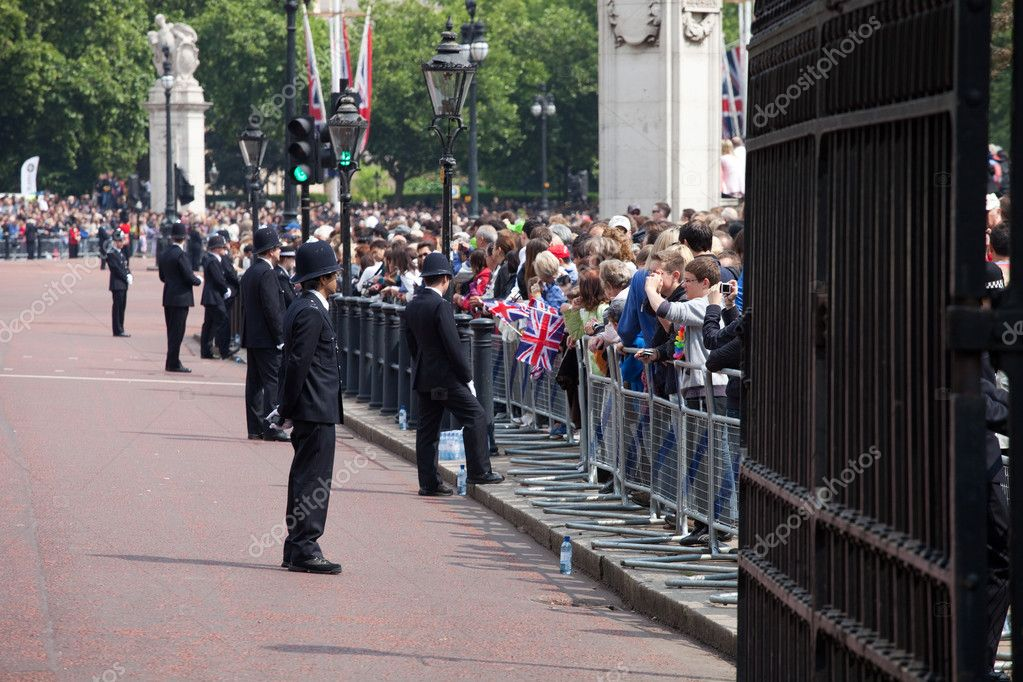 LONDON - JUNE 11: British policemen observes the crowd of spectators during the Trooping the Color ceremony in London, England on June 11, 2011. Ceremony is per — Stock Photo #7924293