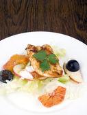 Grillad kycklingfilé med sallad — Stockfoto