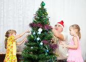 子供たちはクリスマス ツリーを飾る — ストック写真