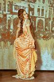 Een meisje in een bal jurk. — Stockfoto