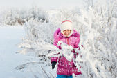 A girl walks in winter — Stockfoto