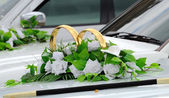 Beautiful floral decoration is on a wedding car — Stockfoto