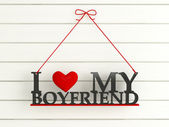Ahşap duvar etiketli - erkek arkadaşımı seviyorum — Stok fotoğraf