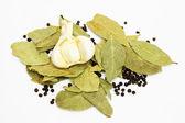 Secar las hojas de laurel y pimienta negra, aislado sobre fondo blanco — Foto de Stock