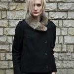 güzel moda kadın bir duvara karşı — Stok fotoğraf