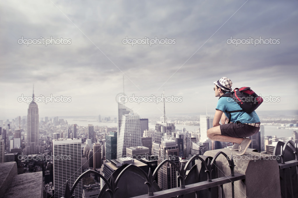 Youg tourist sitting on the rooftop of a skyscraper over Manhattan — Stock Photo #7263316