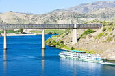 Railway viaduct and cruise ship in Pocinho, Douro Valley, Portug — Stock Photo