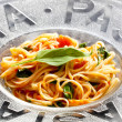 Spaghetti with tomatoes and basil — Stock Photo