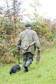 Chasseur avec un chien à la chasse — Photo