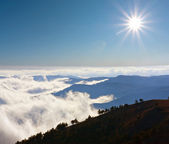 Mountain's scene with sun over clouds — ストック写真