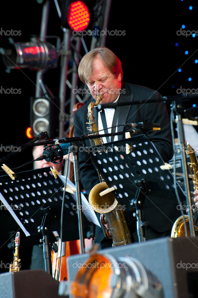 MOSCOW - JUNE 5: Russian jazz musician Igor Butman performs on open-air VIII International Festival Usadba Jazz on June 5, 2011 in Archangelskoye Mansion in M — Stock Photo #7093548