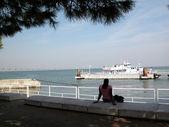 Meisje, zittend op de kust — Stockfoto