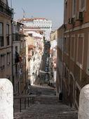Street i den gamla stadskärnan i lissabon, portugal — Stockfoto