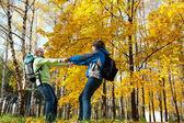 Gelukkige jonge paar met rugzakken in het park — Stockfoto