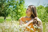 Linda en camomiles — Foto de Stock
