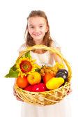 Chica sosteniendo cesta llena de fruta fresca — Foto de Stock