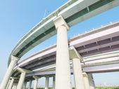 Pilares e estrada elevada — Fotografia Stock