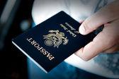手中的护照 — 图库照片