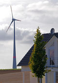 Wind turbine and residential building — Stockfoto