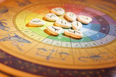 рунные камни и колесо зодиака — Стоковое фото