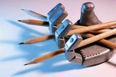 Oyuncak robot el ile kalemler — Stok fotoğraf