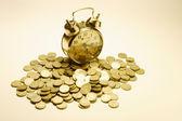 Будильник и монеты — Стоковое фото