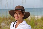 привлекательная женщина на пляже — Стоковое фото