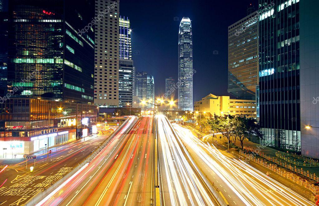 cidade colorida noite com as luzes dos carros movimento