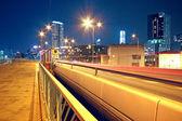 人行天桥和夜间交通桥 — 图库照片