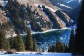 Lac gelé kolsay dans les montagnes de tien-shan, kazakhstan — Photo